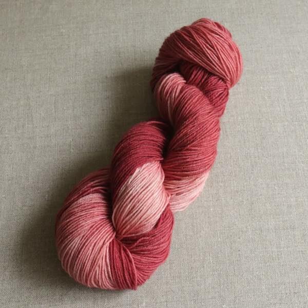 Handgefärbte Sockenwolle von Gemacht mit Liebe - Farbe Teerose